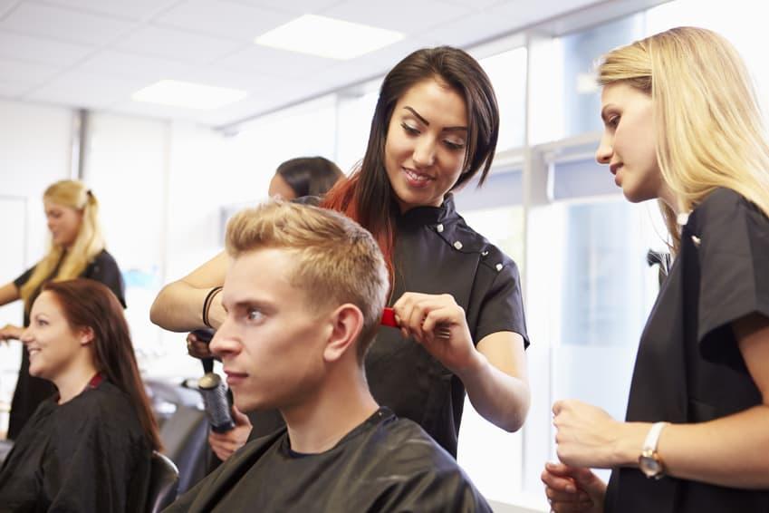 Probearbeiten im Salon: Für den Friseurberuf begeistern