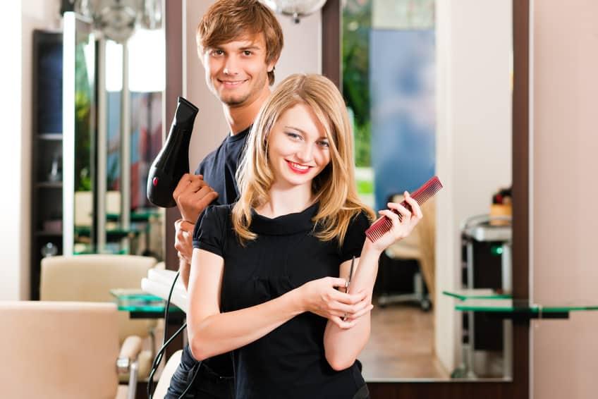 Friseur und Frisrin im Salon