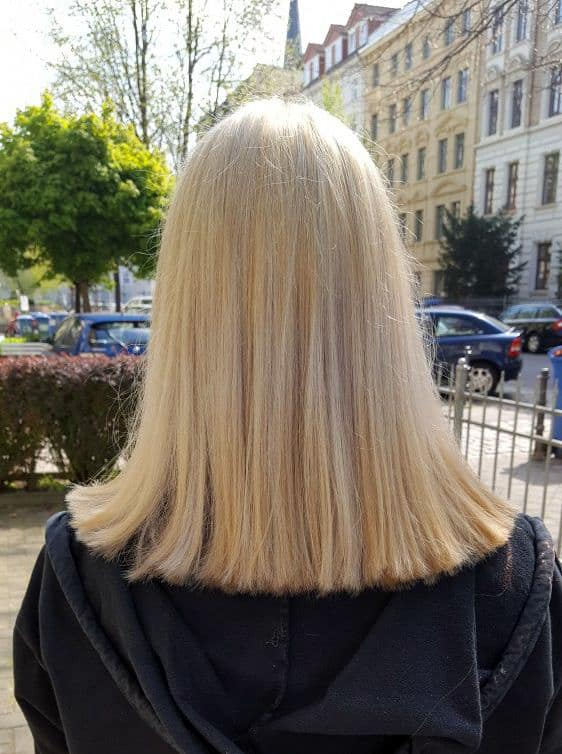 Luisa-mit-neuem-Schnitt-und-blondem-Haar-von-hinten-1