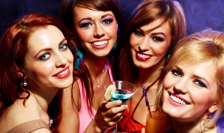 Vier Freundinnen feiern Party