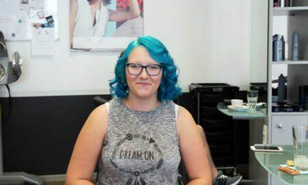 Franzi-aus-Aschersleben-freut-sich-über-ihre-neue-Haarfarbe-450x270
