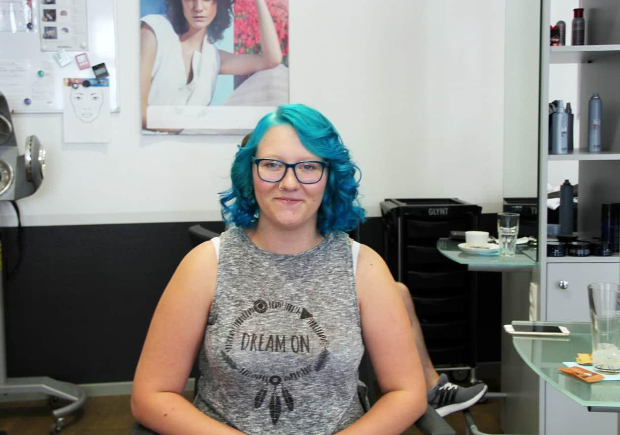 Franzi-aus-Aschersleben-freut-sich-über-ihre-neue-Haarfarbe