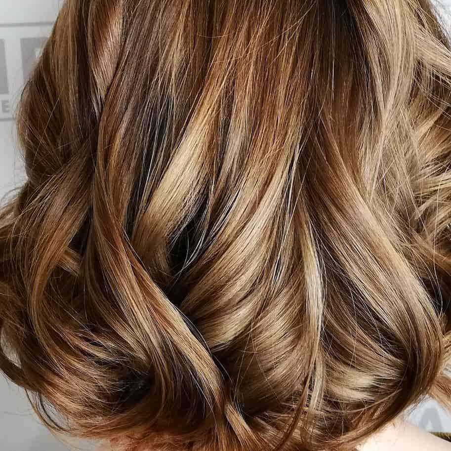 Mittelblond mit blonden strähnen. Stars mit blonden Haaren