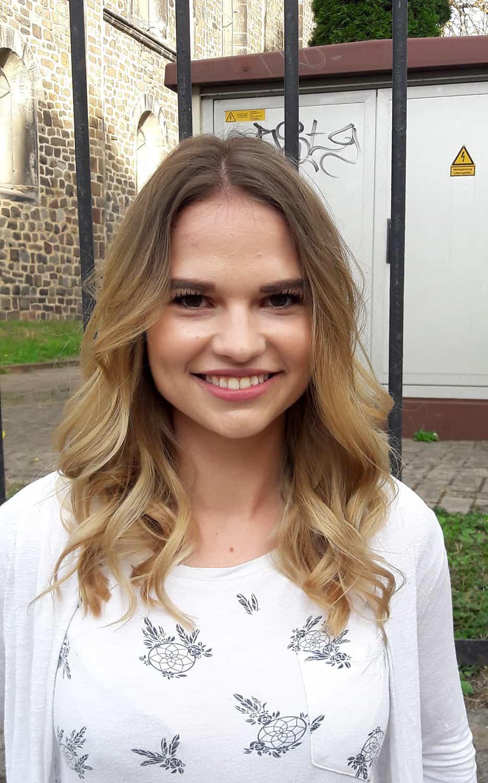 Cassandra-ist-super-glücklich-mit-ihrer-neuen-Frisur