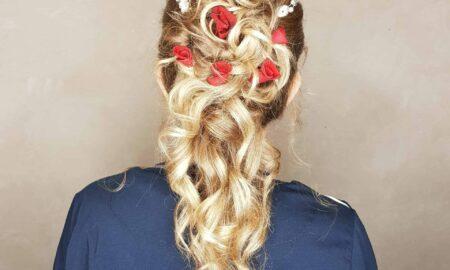 Hochzeitsfrisur-mit-echten-Blumen-und-Haarschmuck.-scaled-450x270