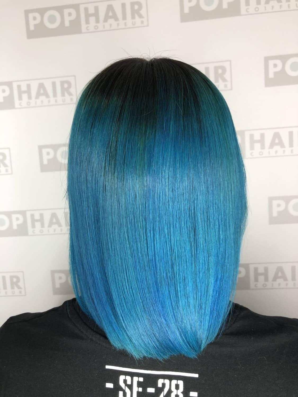 Blaues Haar Im Sleek Look Und Undercut Pophair