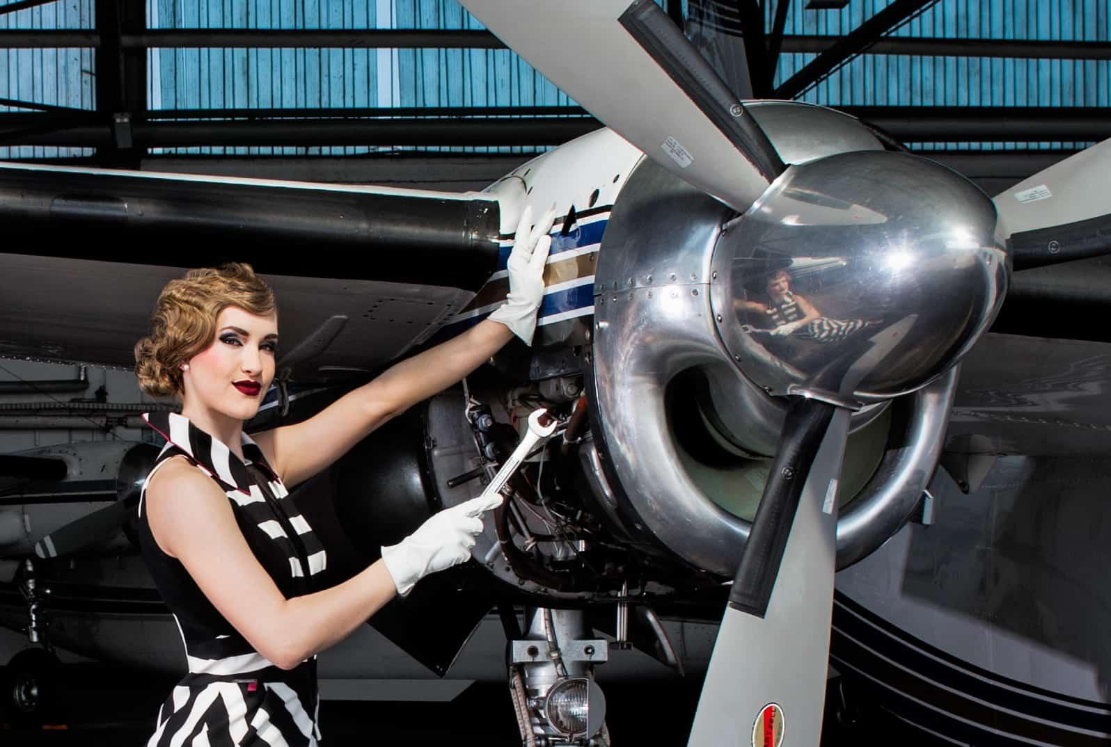 Egal-was-sie-vorhaben-mit-uns-sehen-Sie-immer-perfekt-aus-Flugzeugreparatur-mit-Wasserwelle-Making-Of-Titel