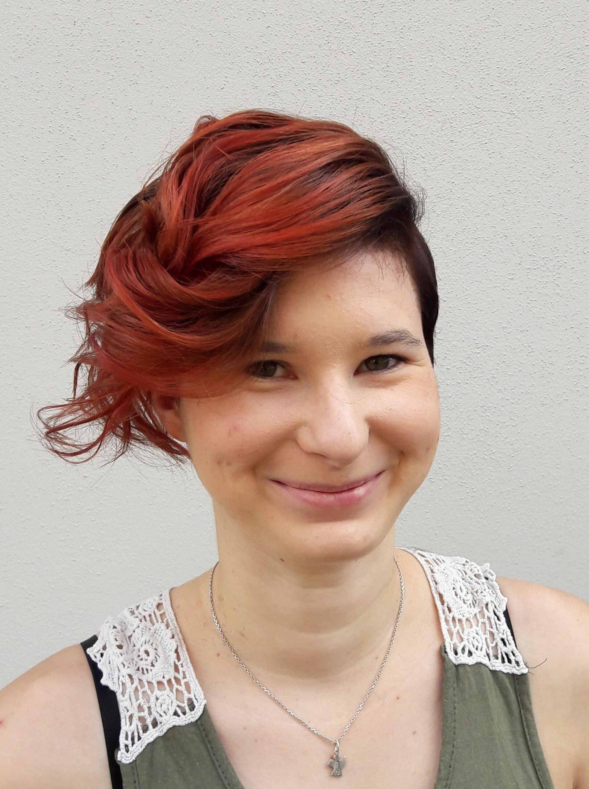 Janin-war-glücklich-mit-ihrer-neuen-Frisur-und-strahlte-über-beide-Ohren-1-e1562837548623-scaled