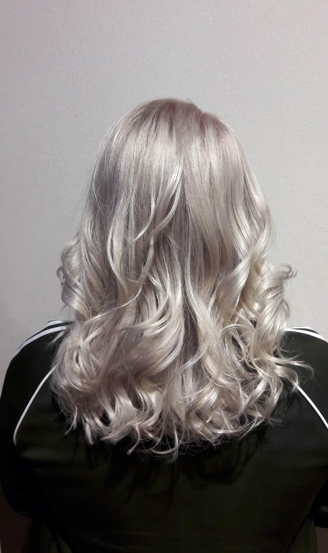 Annie-mit-silber-grauem-Haar