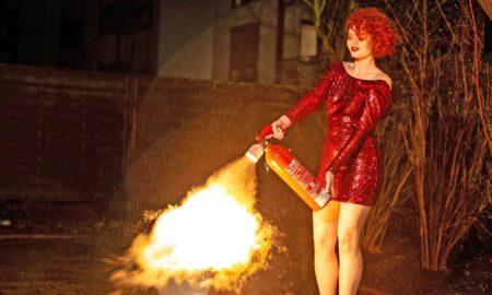 Egal-was-sie-vorhaben-mit-uns-sehen-Sie-immer-perfekt-aus-Brandbekämpfung-mit-feuerrotem-Haar-Making-Of-Titel-450x270