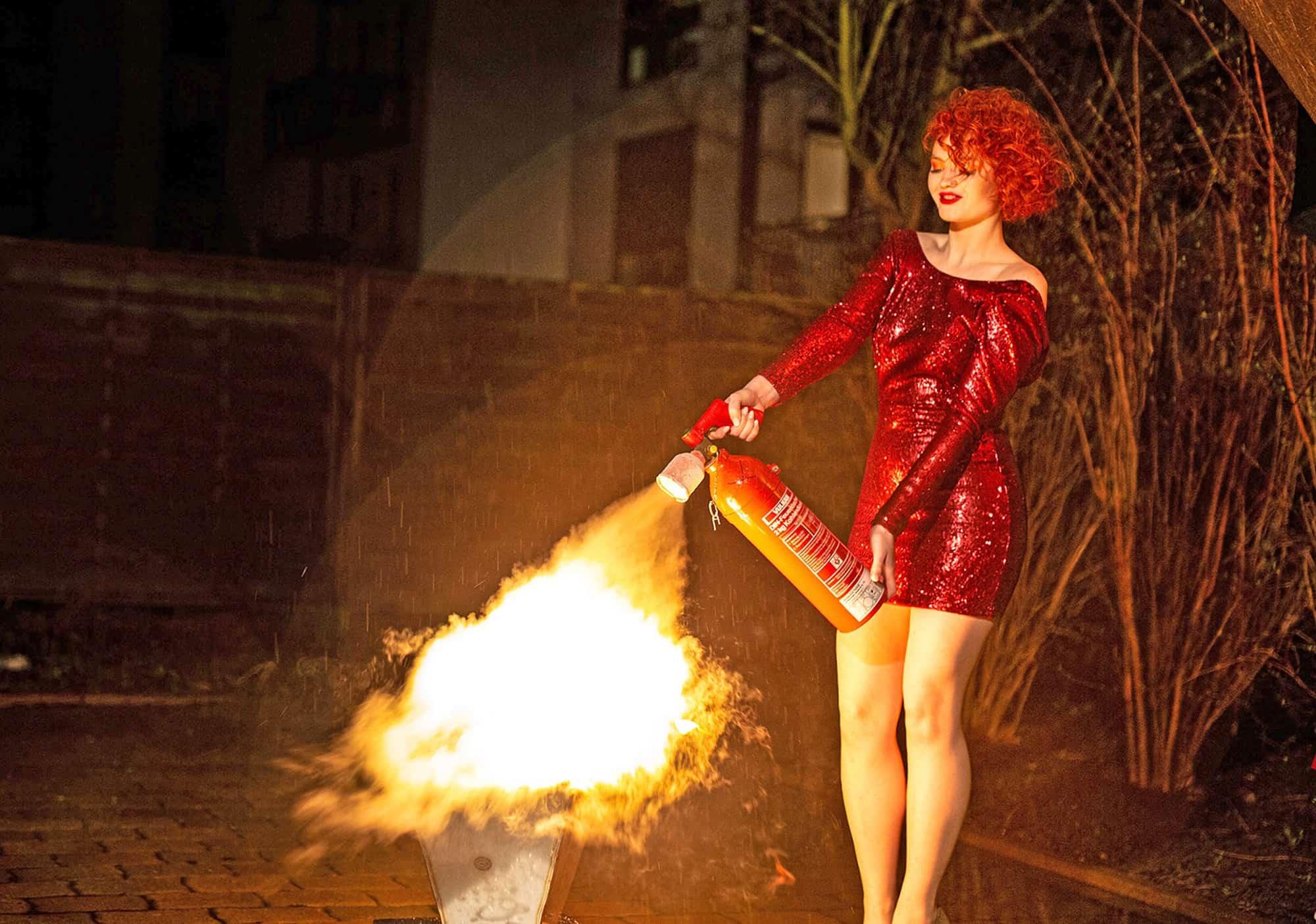 Egal-was-sie-vorhaben-mit-uns-sehen-Sie-immer-perfekt-aus-Brandbekämpfung-mit-feuerrotem-Haar-Making-Of-Titel