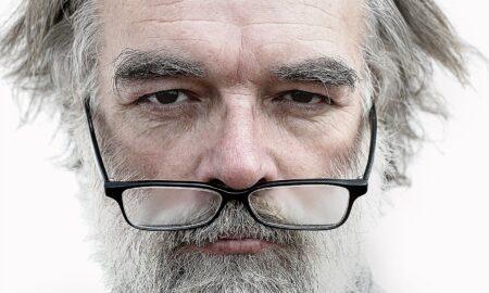 Homem com cabelo grisalho-450x270