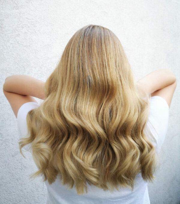 Damenfrisur-mit-gleichmaessigem-Blond-3-e1628258928783-600x681